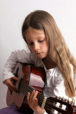 Kind musiziert